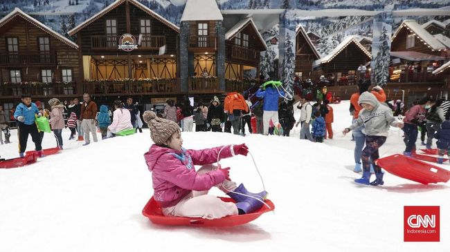 Taman hiburan salju, Trans Snow World Bintaro, telah resmi dibuka pada Sabtu (21/12).