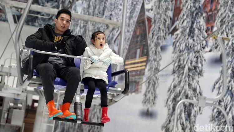 Menikmati Salju dari Chair Lift di Trans Snow World