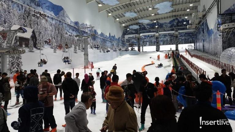 Pengunjung sedang mencoba untuk berseluncur di arena seluncur Trans Snow World Juanda.