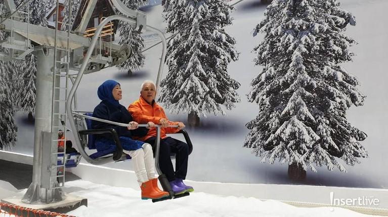 Hatta Rajasa juga sedang mencoba salah satu fasilitas di arena Trans Snow World Juanda.