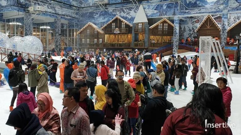 Arena wisata Trans Snow World Juanda terlihat dipadati pengunjung yang ingin bermain salju.