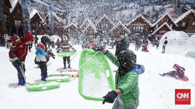 Berlokasi di Transpark Juanda, Bekasi, bulir-bulir salju buatan di Trans Snow World siap memanjakan Anda.