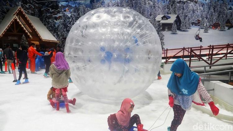 Rasakan sensasi bergulir menuruni bukit salju di Trans Snow World sambil berjalan di dalam bola plastik raksasa.
