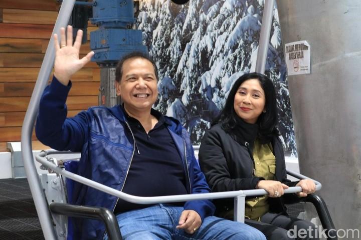 Penuh kesabaran, Chairul Tanjung mengajak ibunya untuk naik gondola di tengah hamparan salju. Intip yuk keseruan keluarga mereka.