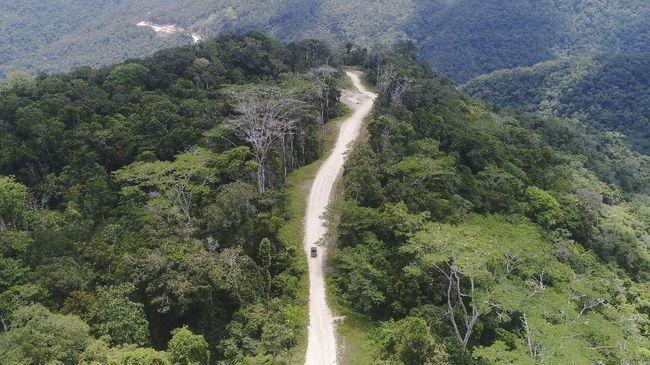 Jalanan yang bergelombang dan curam menjadi rayuan bagi para turis berjiwa petualang untuk berwisata di Tambrauw.