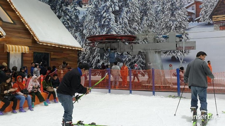 Pengunjung bisa bermain snowboard di arena Trans Snow World Juanda.