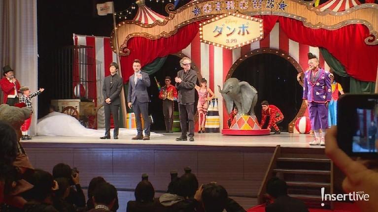 Penampilan pemain sekaligus sutradara film Dumbo bersama replika karakter Dumbo yang menggemaskan.