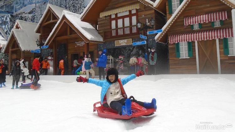 Berkunjung ke Trans Snow World Bekasi, Bunda harus tahu aneka wahana bermain yang seru dan cocok untuk keluarga nih.