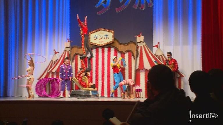 Red carpet film Dumbo menghadirkan parade sirkus untuk menghibur para tamu.