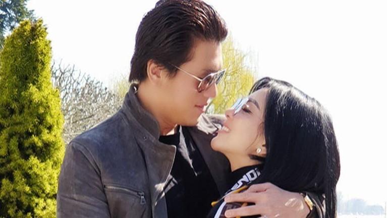 Syahrini.Bukan lagi menjadi rahasia, Syahrini dianggap telah merebut Reino Barack dari mantan kekasihnya Luna Maya. Seperti yang diketahui, Syahrini dan Luna Maya memiliki hubungan yang baik.