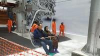 <p>Chairul Tanjung tampak bersemangat mengajak ibunya untuk mencoba chairlift yang ada di Trans Snow World. (Foto: InsertLive)</p>