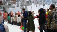 """<p><a href=""""https://news.detik.com/foto-news/d-4481207/momen-ct-dan-istri-jajal-wahana-trans-snow-world-juanda"""" target=""""_blank"""">Chairul Tanjung</a> mengajak sang ibu, Halimah untuk menikmati hamparan salju di pembukaan Trans World Snow. (Foto: InsertLive)</p>"""