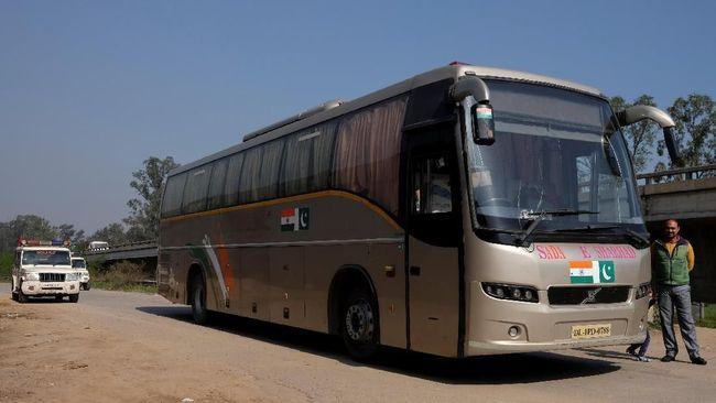 Dengan penjagaan ketat dari polisi, bus ini beroperasi setiap hari dari India ke Pakistan.