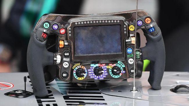 Setir mobil F1 dirancang agar pebalap bisa mengatur semua hal saat balapan, tiap pebalap punya desain berbeda.
