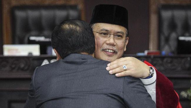 Sembilan hakim MK memastikan tak akan menemui kubu 02 Prabowo-Sandi saat daftar gugatan PHPU Pilpres 2019, karena khawatir dituding 'cebong'' atau 'kampret'.
