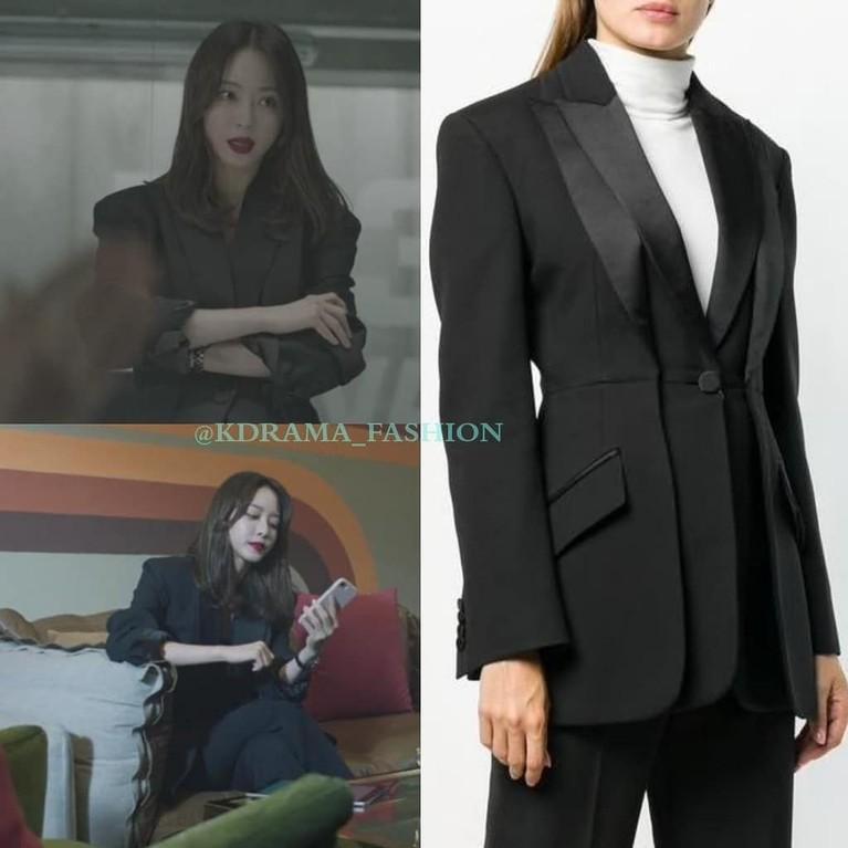 Han Ye Seul juga tampak mengenakan blazer hitam dari Alexander McQueen. Penampilan elegan Han Ye Seul ini bisa kamu lihat di drama Big Issue episode 11 dan 12.