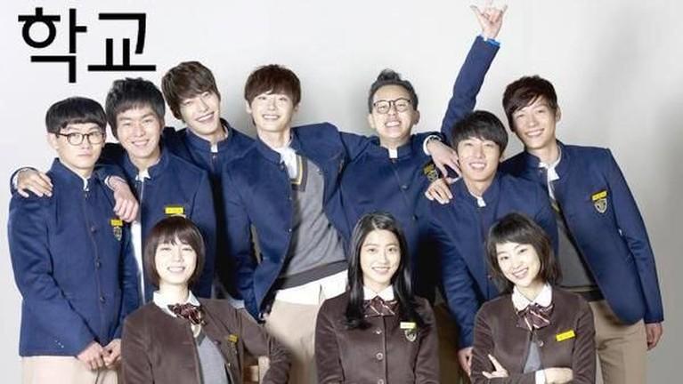 Lee Jong Suk pernah mendapat peran sebagai seorang murid bernama Go Nam Soon di drama School 2013. Drama ini juga mendapat ratinghingga hingga 12,7% berdasarkan data dari AGB Nielsen.