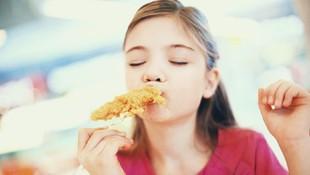 Disajikan Makanan dalam Porsi Besar, Anak Bisa Makan Berlebihan
