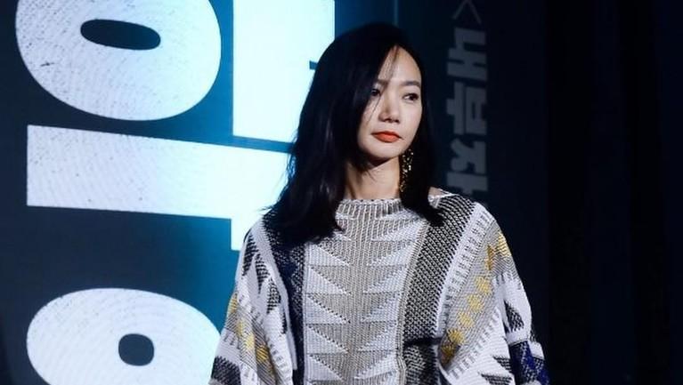Doona Bae berperan sebagai Seo Bi dalam drama Korea Kingdom yang diproduksi Netflix.