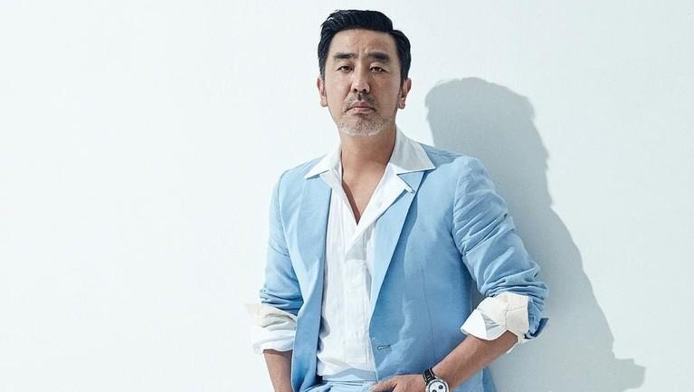Ryu Seung Ryong berperan sebagai Cho Hak Ju dalam drama KoreaKingdomyang diproduksi Netflix.