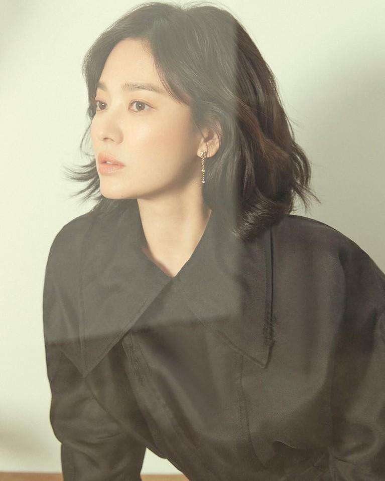 Song Hye Kyo adalah salah satu artis papan atas Korea Selatan. Wanita berusia 37 tahun ini dikenal karena kemampuan aktingnya yang hebat.