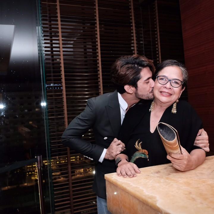 Di balik sosok yang sangat mendalami peran di film, Reza Rahadian rupanya sangat dekat dengan ibunda tercinta. Intip potret mereka yuk.