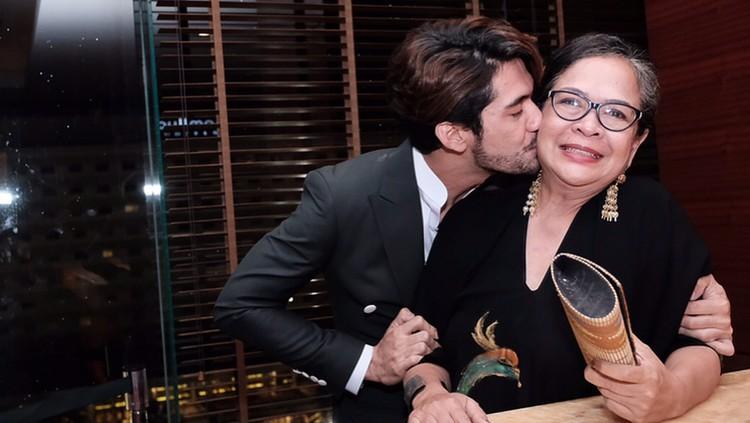 Ibunda Reza Rahadian pernah keluar dari bioskop di tengah pemutaran film yang dibintanginya. Simak ceritanya deh, Bun.
