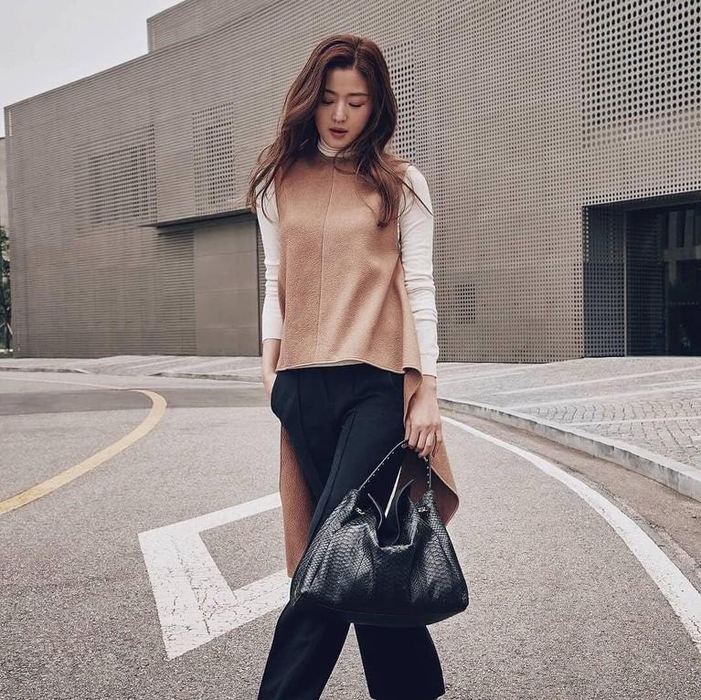 Sempat vakum karena hamil anak kedua, Ji Hyun kembali membintangi drakor The Legend of The Blue Sea pada 2016 silam.