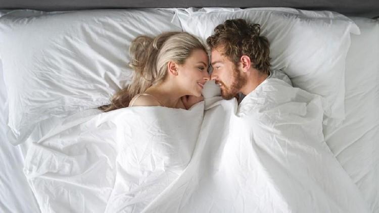 Banyak yang beranggapan, orgasme saat bercinta membuka peluang Bunda untuk hamil. Benarkah?