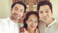 <p>Sejak kedua orang tuanya berpisah, Reza dan adiknya diasuh sang bunda, Pratiwi Widiantini Matulessy. (Foto: Instagram @officialpilarez)</p>
