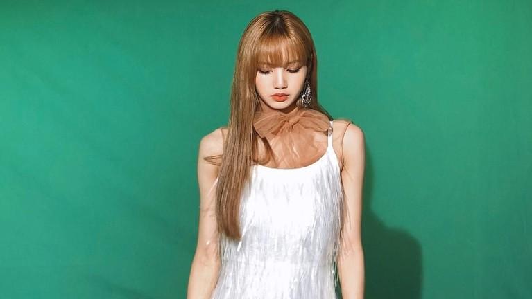Lisa BLACKPINK terlihat cantik dengan gaun putihnya.