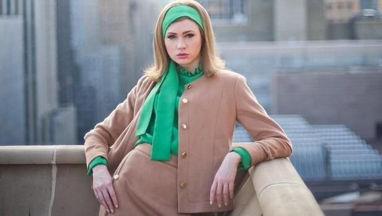 Penampilan klasik Karen Gillan di potret ini membuatnya terlihat cantik.