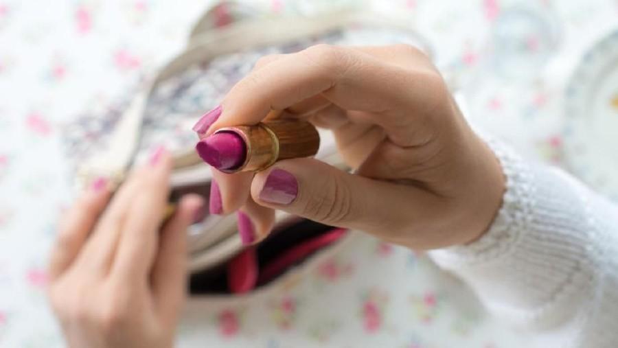 Bunda Perlu Tahu Bahaya Memakai Lipstik Saat Hamil