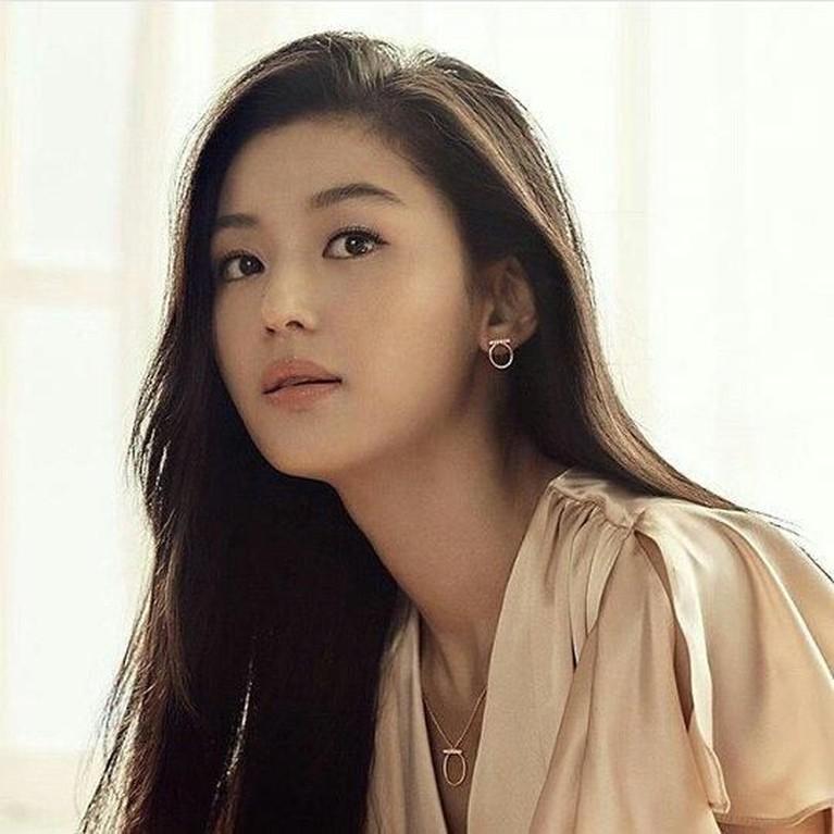 Meski sudah berusia hampir 40 tahun, Jun Ji Hyun tampak awet muda dan masih sangat cantik.