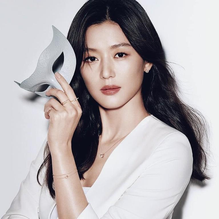 Sukses membintangi drakor My Love From The Star, membuat Jun Ji Hyun menjadi aktris Korea dengan bayaran termahal saat ini.
