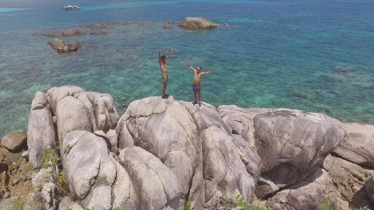 Para host MTMA naik ke atas tebing dan menikmati keindahan lautan Indonesia yang begitu luas dan tak tertandingi.