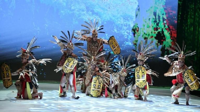 Kalimantan sendiri terdiri dari beberapa etnis utama yaitu Melayu, Banjar, Dayak, Kutai, dan Dayar Paser.