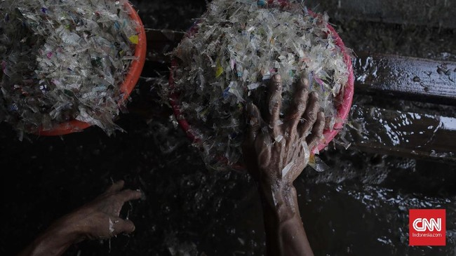 Sampah dan botol plastik diduga menjadi polutan terbesar yang mencemari laut dan pantai. Sementara itu, konsumsi plastik masyarakat terus meningkat.
