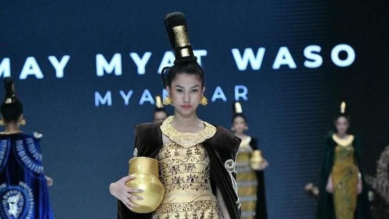 Desainer asal Myanmar, Myat Waso, ikut hadir membuka IFW 2019 dengan menghadirkan desain-desain yang penuh warna.