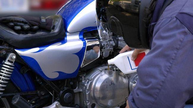 Rutin mengganti oli tidak hanya membuat umur mesin lebih panjang, tapi juga membuat kinerja mesin lebih optimal. Lantas kapan waktu ganti oli motor yang tepat?