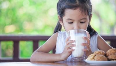 Bolehkah Anak Hanya Minum Susu Saat Sahur?