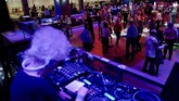 Wika Szmyt boleh berusia 80 tahun, namun ia tetap lincah di balik mixer menjadi DJ di kelab malam.