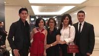 <p>Mama Ida bersama anak-anak dan menantunya ikut datang mendukung si bungsu Vanessa di acara gala premier salah satu film yang dibintanginya. (Foto: Instagram @idahannas)</p>
