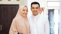 <p>Duh senyum keduanya terlihat bahagia banget ya, Bun. Ira dan Temmy membagikan foto ini saat merayakan Idul Fitri. (Foto: Instagram @temmyrahadi99)</p>