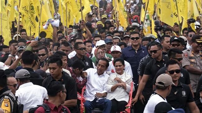 Dua calon presiden hari ini menggelar kampanye terbuka. Jokowi menyapa warga di Mamuju Sulawesi Barat, sementara Prabowo di Kota Bandung, Jabar.
