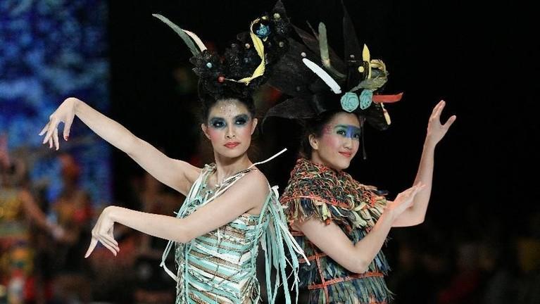 Indonesia Fashion Week 2019 mengangkat budaya Kalimantan yang amat kaya.