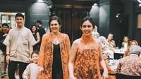 <p>Bersama kedua adiknya, Vannessa Priscillia dan Jevin Julian, Sissy mendampingi sang mama di acara spesialnya. Enggak ketinggalan si kecil ikut di belakang sang mama. (Foto: Instagram @sysiio's)</p>