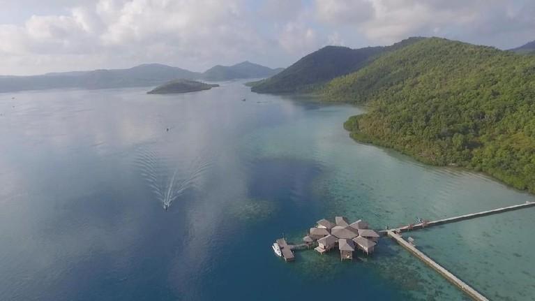 Marshall Sastra dan Syamsir Alam menginap diAnambas Dive Resort, sebuah resort yang dibangun di atas lautan biru yang cantik.