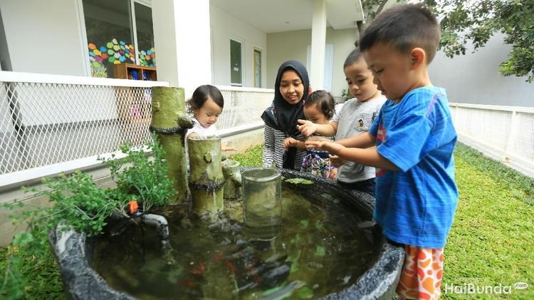 Sekolah dengan metode montessori di bilangan Bogor, Jawa Barat, ini memberi pembekalan pada ART dan pengasuh agar potensi anak bisa berkembang optimal.