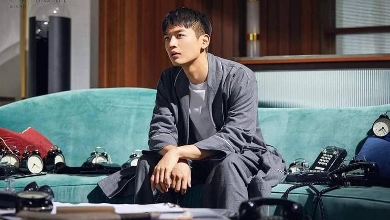 Pada 2016, penyanyi tampan Choi Minho pernah tampil dalam drama Drinking Solo. Minho berperan sebagai teman satu sekolah Key. Minho sendiri juga menggeluti dunia akting dan telah membintangi sejumlah drama.